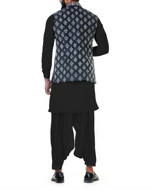 Black kurta set with floral embroidered jacket 2