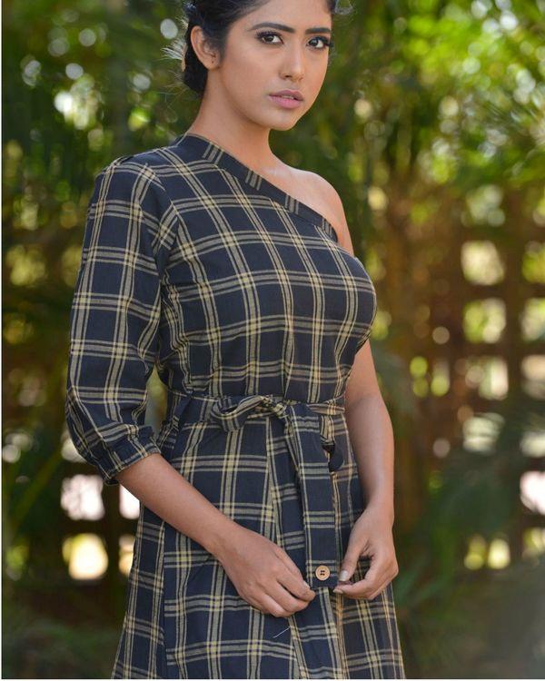 Asymmetric shoulder sleeve dress 2