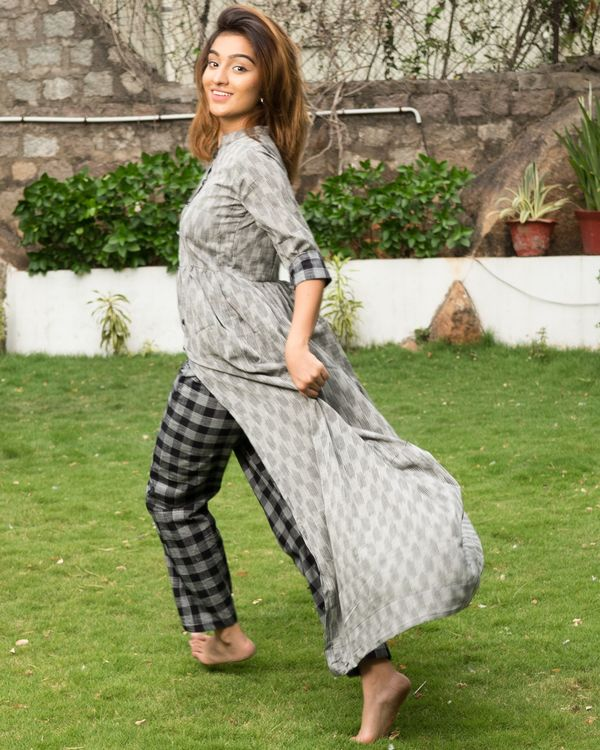 Grey ikkat cape with black checks pants - Set of Two 3