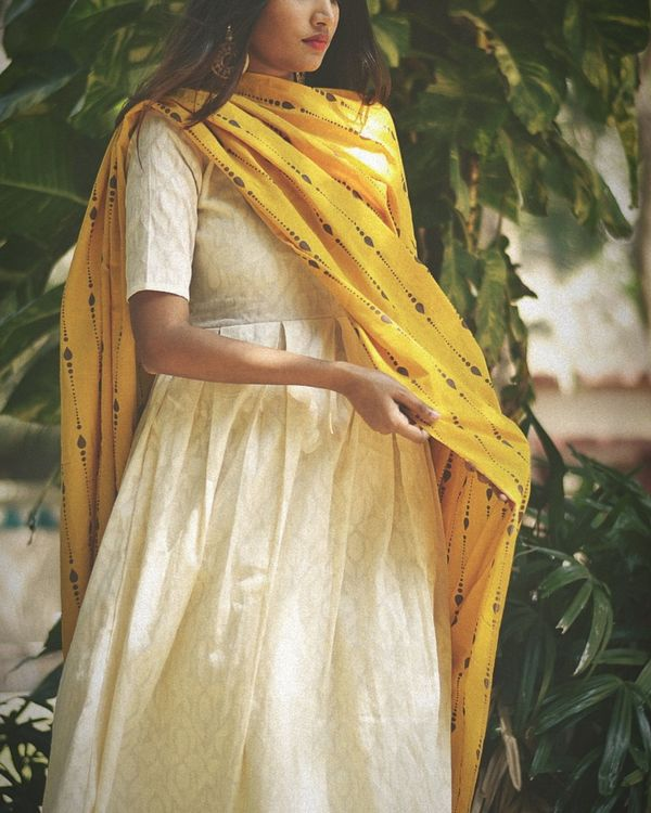 White dress with yellow  printed dupatta- set of two 1