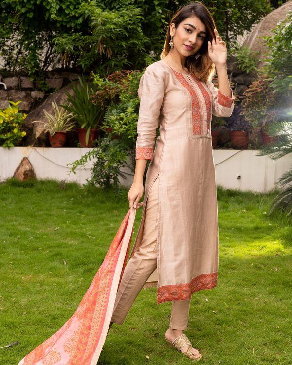 Beige Pure Maheswari Silk Set with Peach Mughal Printed Dupatta - Set Of Three 2