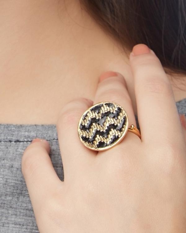 Round zig-zag pattern ring 1