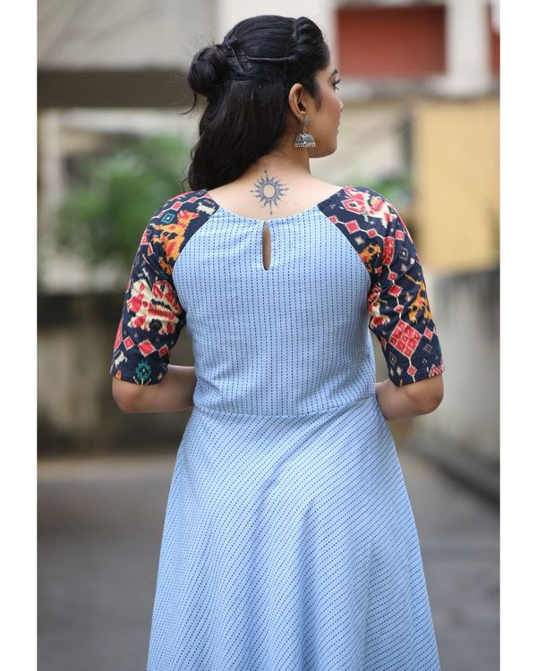 Blue raglan maxi dress with contrast sleeves 2