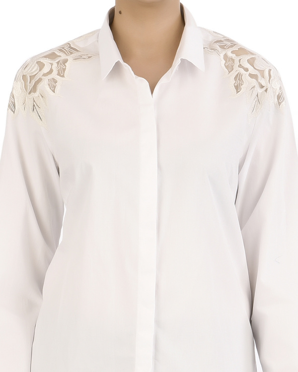 Classic white shirt with floral applique on shoulders 3