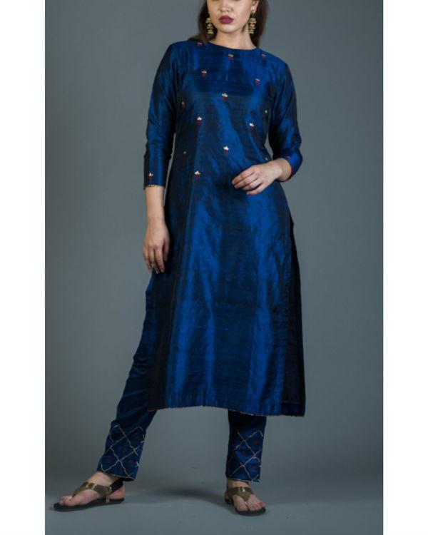 Sapphire embroidered kurta set with maroon dupatta 2