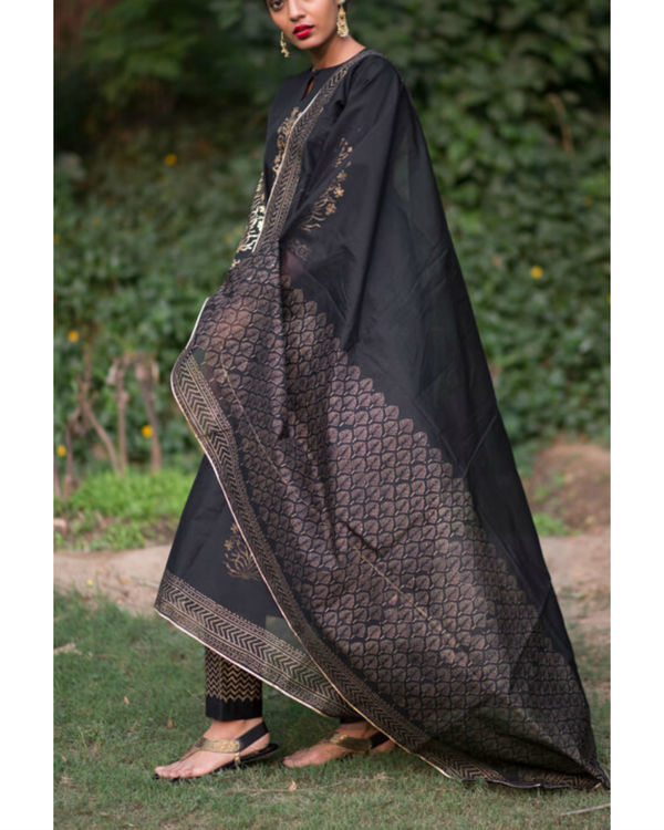 Ahilaya phool kurta set with black mughal bootah dupatta 3