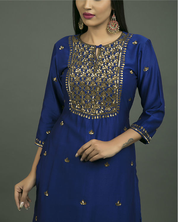 Neela aari embroidered kurta set with neela chiffon dupatta 3