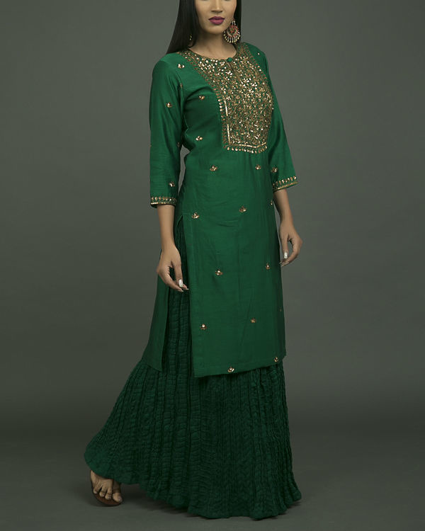 Hazrat begum embroidered kurta set with green chiffon dupatta 2