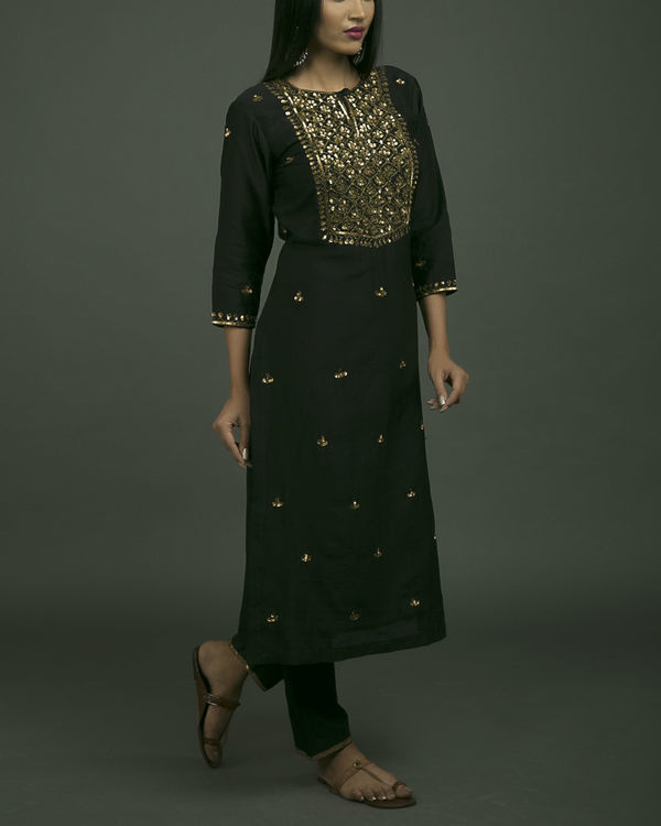 Shalimar aari embroidered kurta set with black dupatta 2